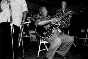 """""""Eu estava dirigindo no Delta e sabia que todo ano em seu aniversário, B.B. King voltava a Indianola e tocava lá. Estávamos perto de Indianola e ele estava tocando no Clube Ebony. O clube era tão pequeno, eu estava praticamente sentada em seu colo. Foi incrível sentar neste pequeno clube e ver este homem tocar""""."""