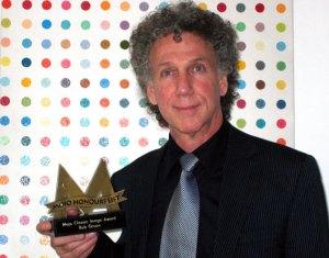 """Bob Gruen recebe o prêmio de """"Imagens Clássicas""""por seus anos fotografando momentos históricos do rock'n'roll, durante cerimônia de premiação em Londres da revista Mojo, em 2004"""
