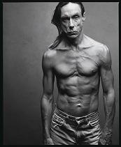 """Iggy Pop, Miami, Florida, 2000 – """"Ele apareceu na porta sem camisa e e disse que não queria ser fotografado sem blusa, mas ele nunca a colocava. O seu corpo é um mapa do caminho de uma viagem difícil""""."""