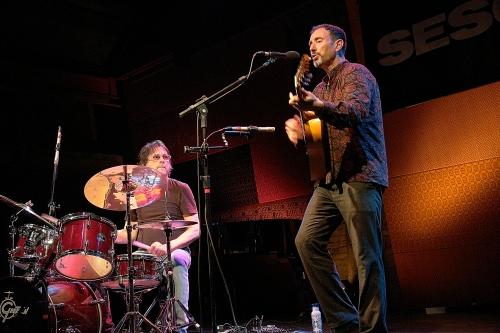 Jonathan Richman e o baterista Tommy Larkins. Foto: Natasha Ramos
